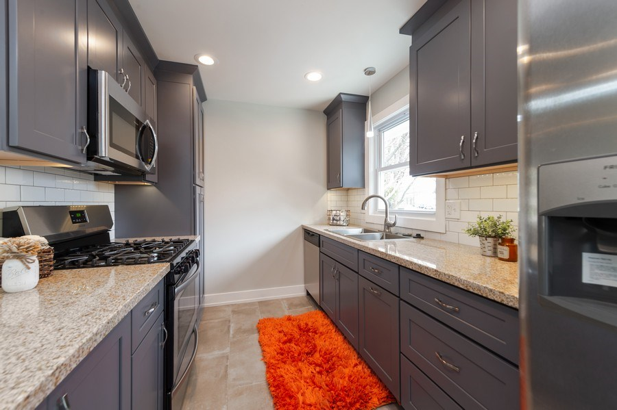 Real Estate Photography - 11 Shore Ct, Oswego, IL, 60543 - Kitchen