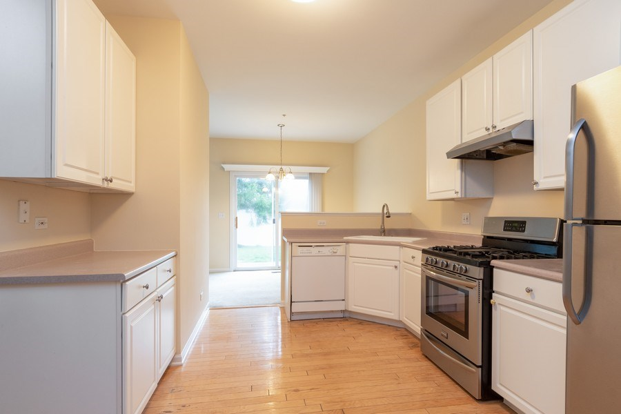 Real Estate Photography - 927 Creekside Cir, Lombard, IL, 60148 - Kitchen