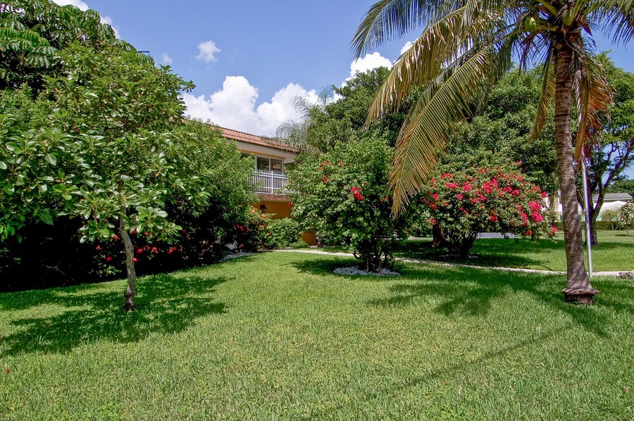Real Estate Photography - 1903 Bay Dr, Pompano Beach, FL, 33062 - Side Yard
