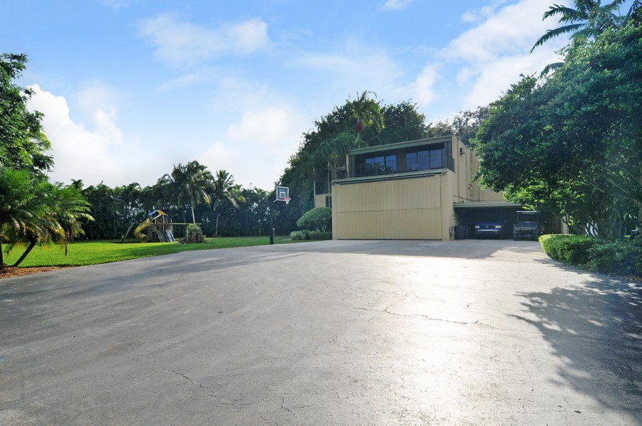 Real Estate Photography - 18900 sw 232th St., Miami, FL, 33170 - Driveway