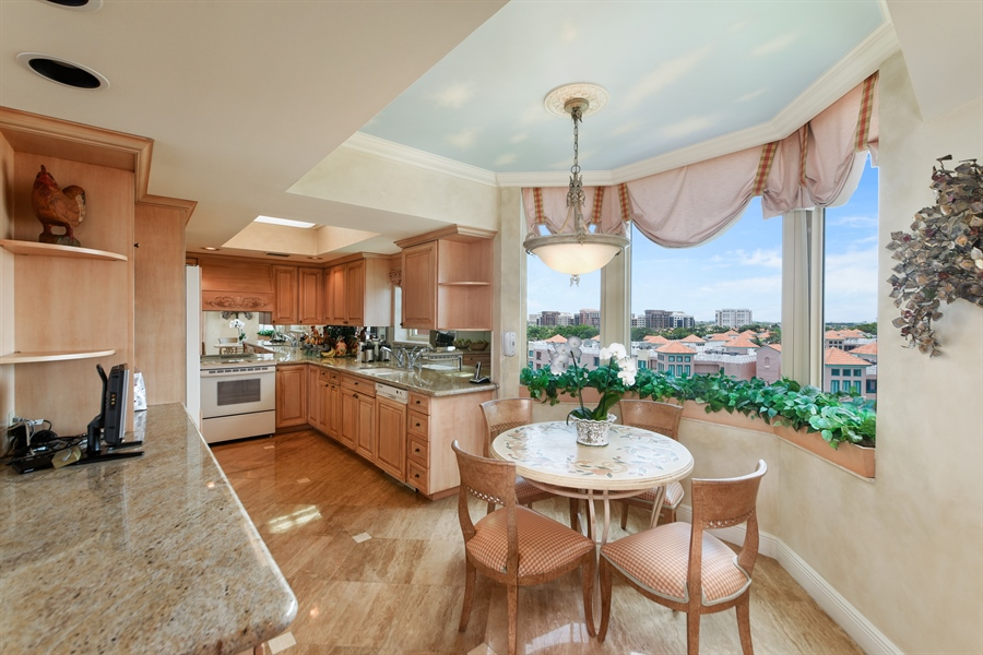 Real Estate Photography - 300 SE 5th Avenue, 7010, Boca Raton, FL, 33432 - Kitchen / Breakfast Room