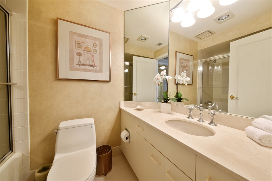 Real Estate Photography - 300 SE 5th Avenue, 7010, Boca Raton, FL, 33432 - 2nd Bathroom