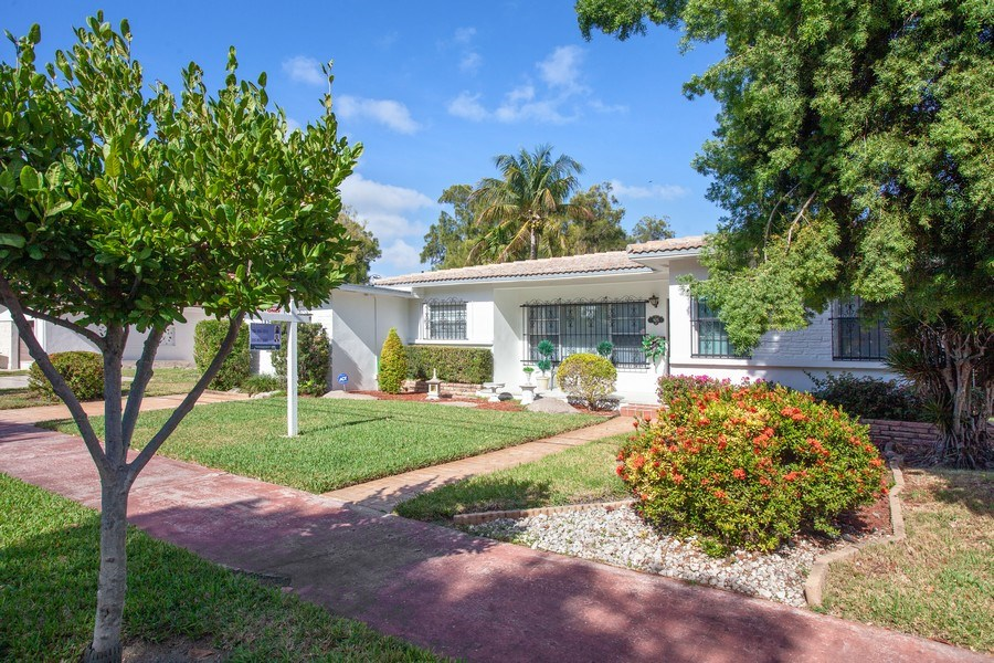 Real Estate Photography - 925 S Shore Dr, Miami Beach, FL, 33141 - Front View