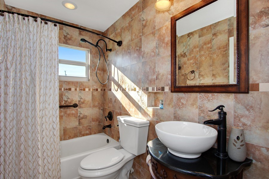 Real Estate Photography - 246 SW 39th St, Cape Coral, FL, 33914 - 2nd Bathroom