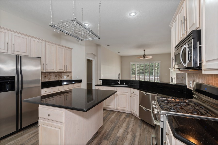 Real Estate Photography - 2652 QUEEN MARY PLACE, MAITLAND, FL, 32751 - KITCHEN OVERLOOKING LIVING ROOM