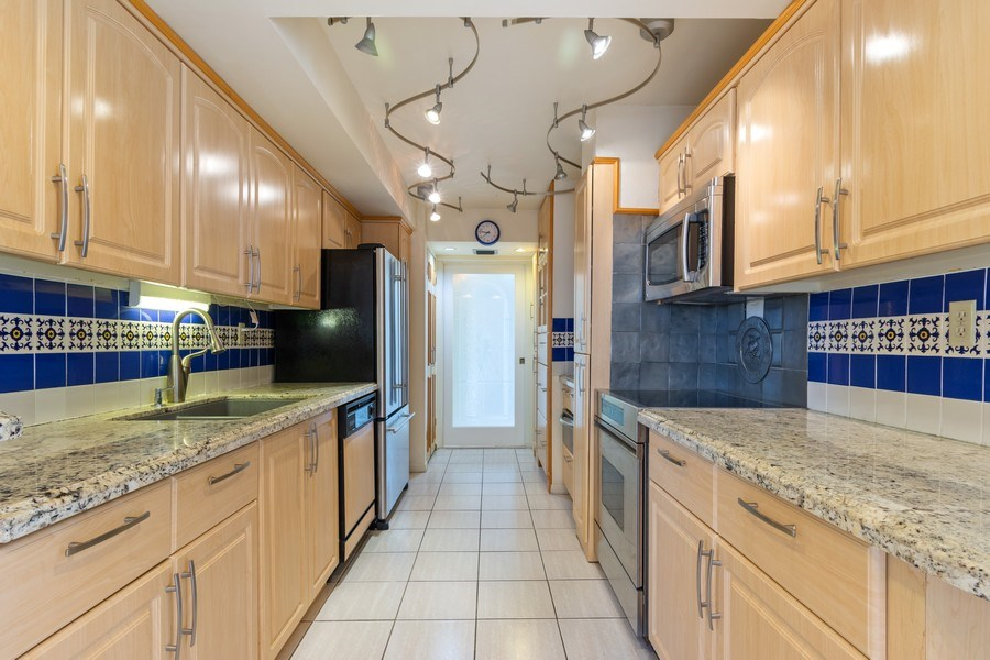 Real Estate Photography - 210 174th St, 1719, Sunny Isles Beach, FL, 33160 - Kitchen