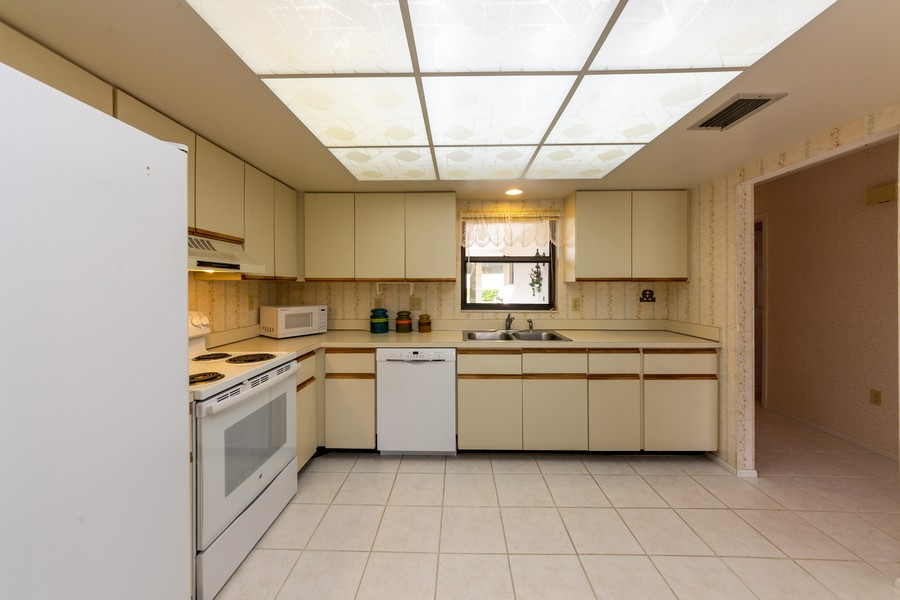 Real Estate Photography - 1783 Lake Pl, 1793-A, Venice, FL, 34292 - Kitchen