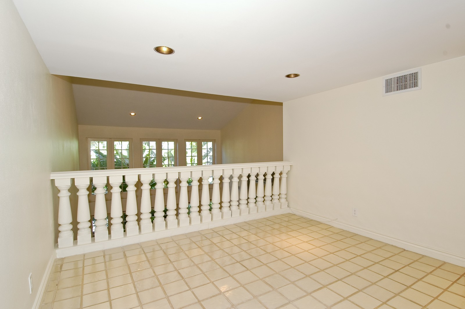 Real Estate Photography - 19566 NE 37 Ave, Aventura, FL, 33180 - Loft