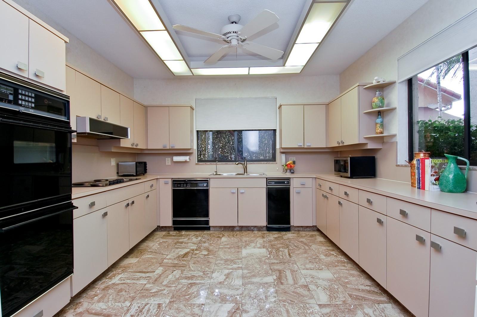 Real Estate Photography - 7339 Mandarin, Boca Raton, FL, 33433 - Kitchen