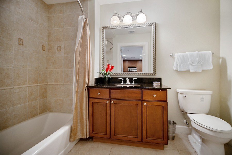 Real Estate Photography - 1364 Centre Court Ridge unit 104, Kissimmee, FL, 34747 - 2nd Bathroom