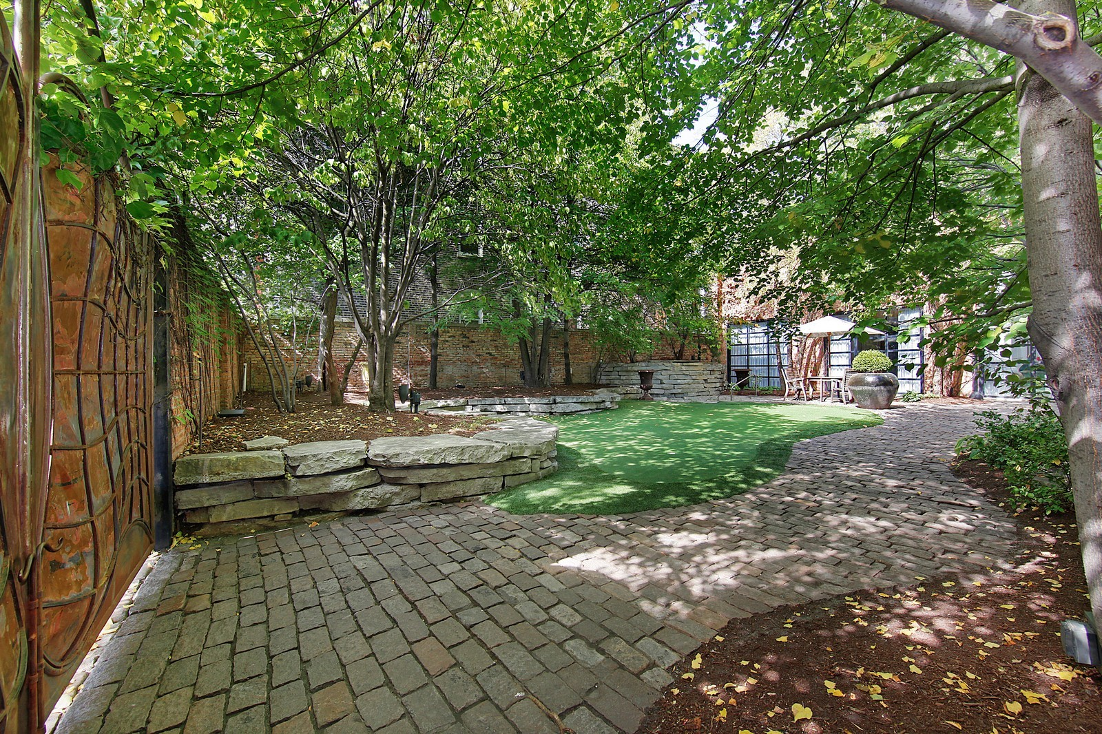 Real Estate Photography - 1424 W Ohio St, Chicago, IL, 60622 - Putting Green