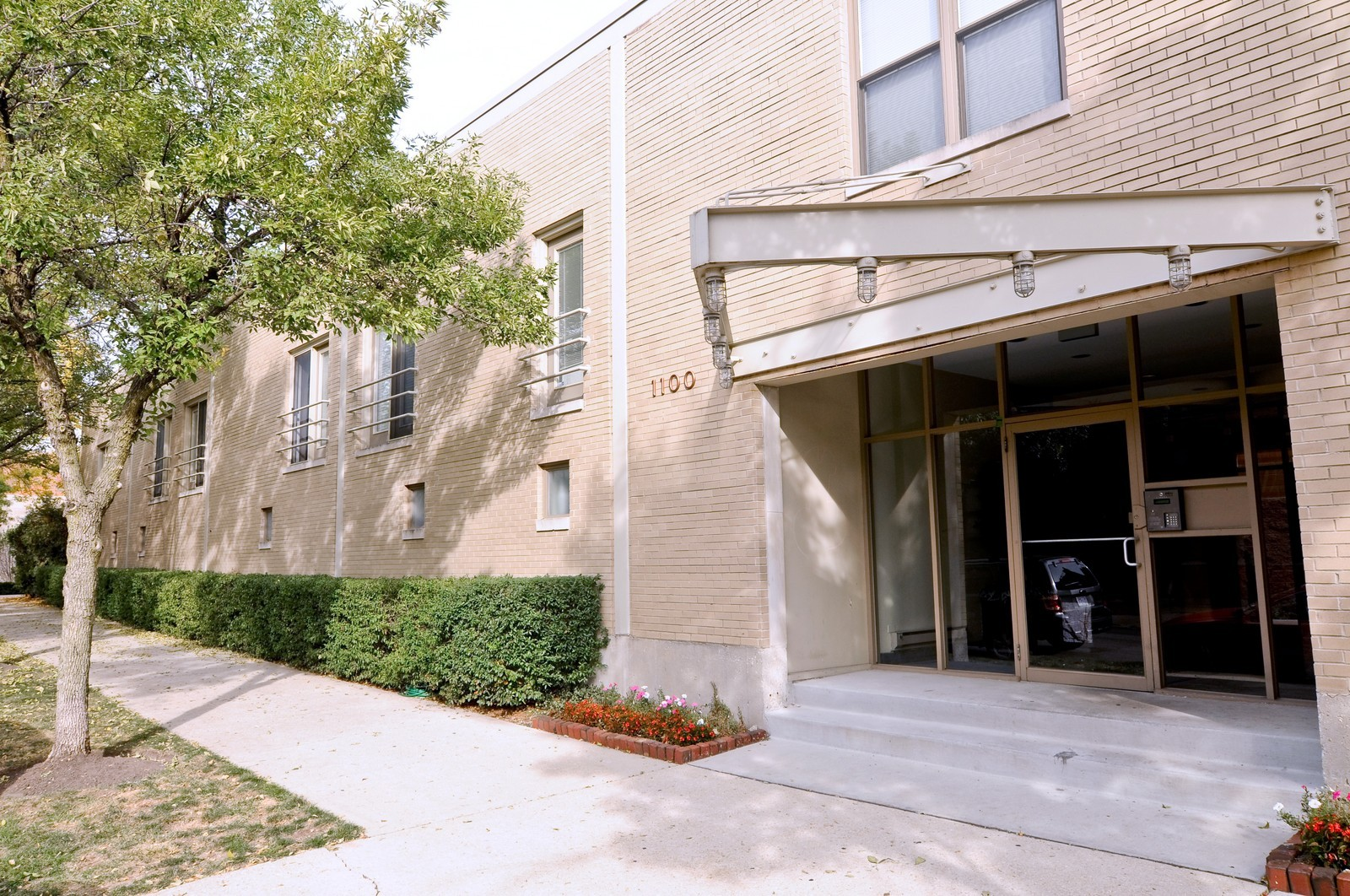 Real Estate Photography - 1100 West Cornelia, #126, Chicago, IL, 60657 - Front View