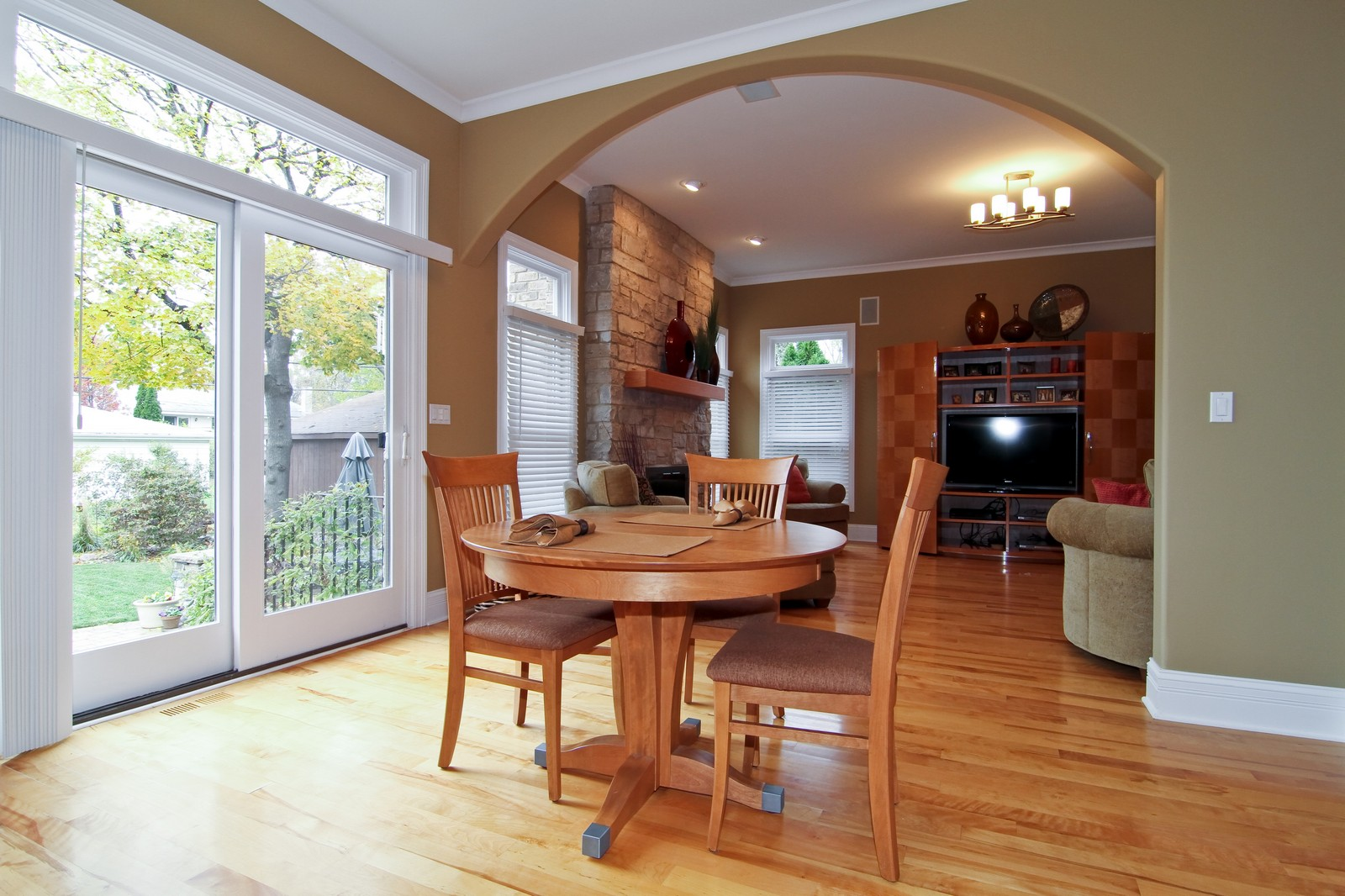 Real Estate Photography - 550 S Linden Ave, Elmhurst, IL, 60126 - Breakfast Area
