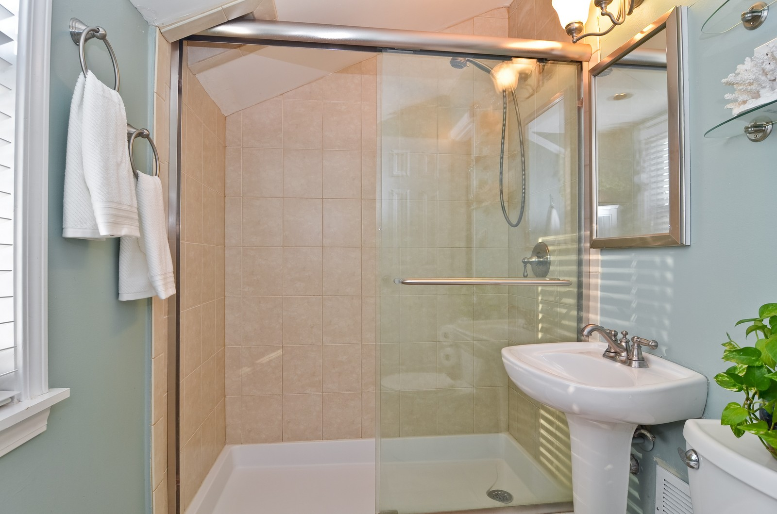 Real Estate Photography - 392 S Cumberland Parkway, Des Plaines, IL, 60016 - Bathroom
