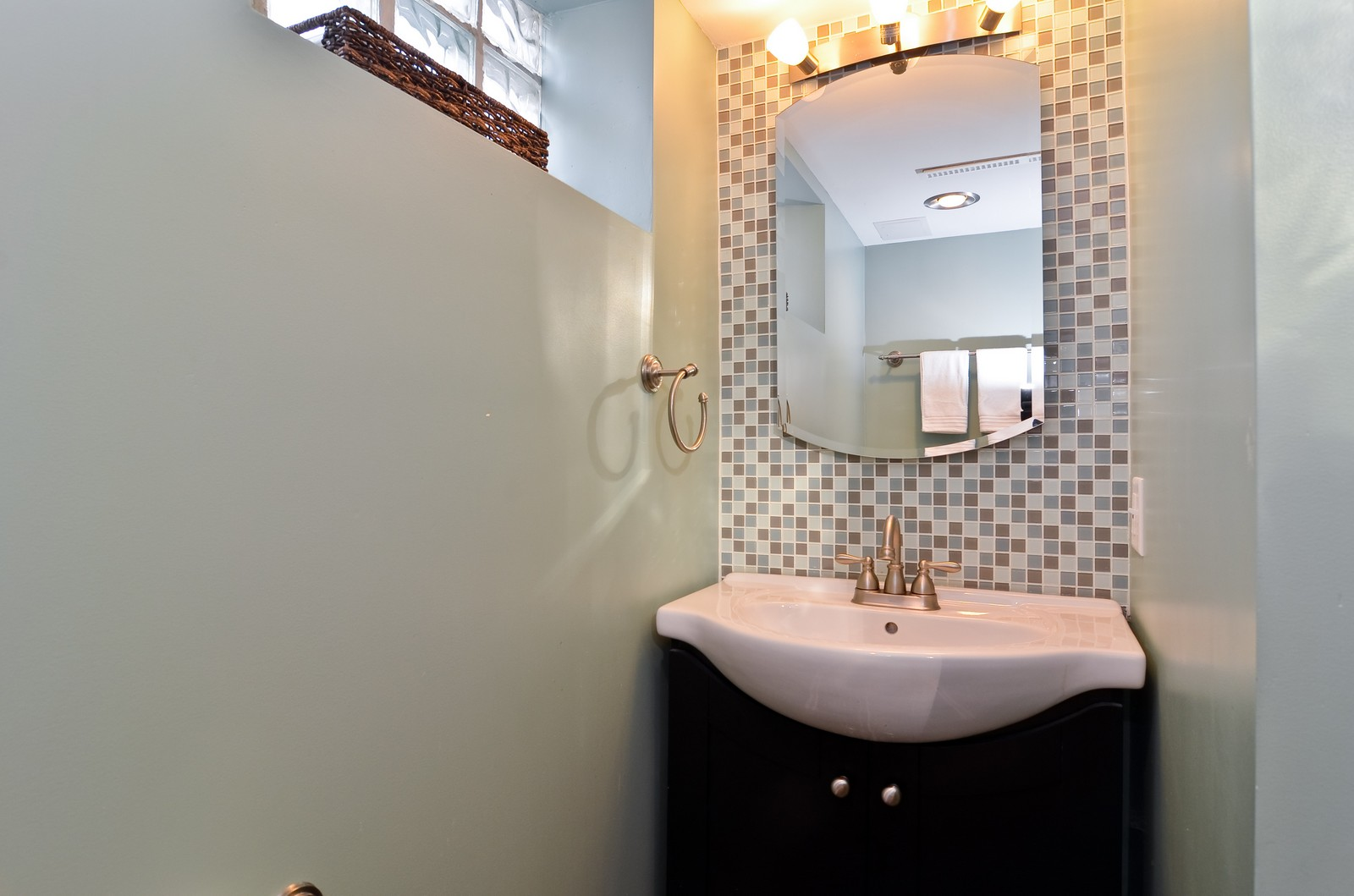 Real Estate Photography - 392 S Cumberland Parkway, Des Plaines, IL, 60016 - 2nd Bathroom