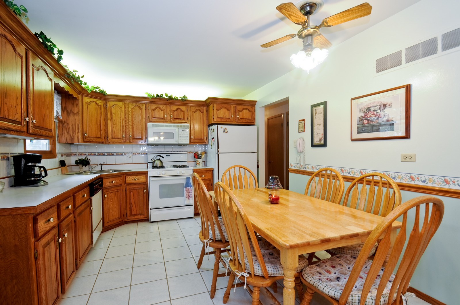 Real Estate Photography - 14812 Parkside Ave, Oak Forest, IL, 60452 - Kitchen