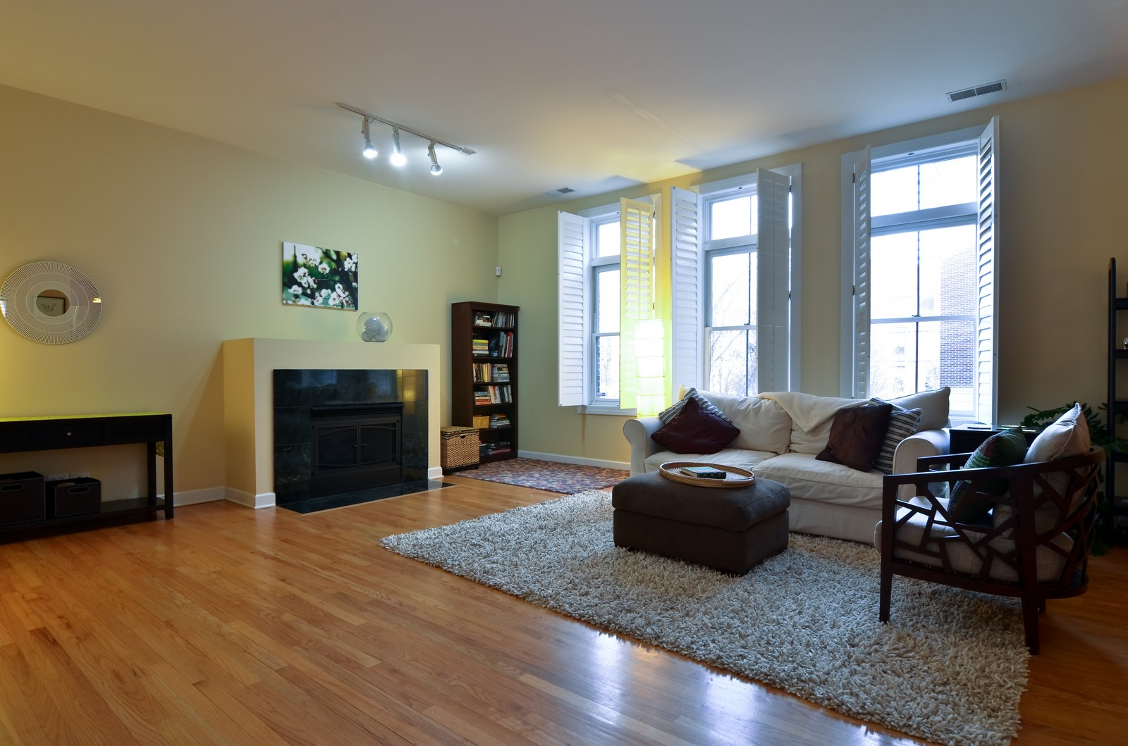 Real Estate Photography - 1942 S Prairie St, #2, Chicago, IL, 60616 - Living Room