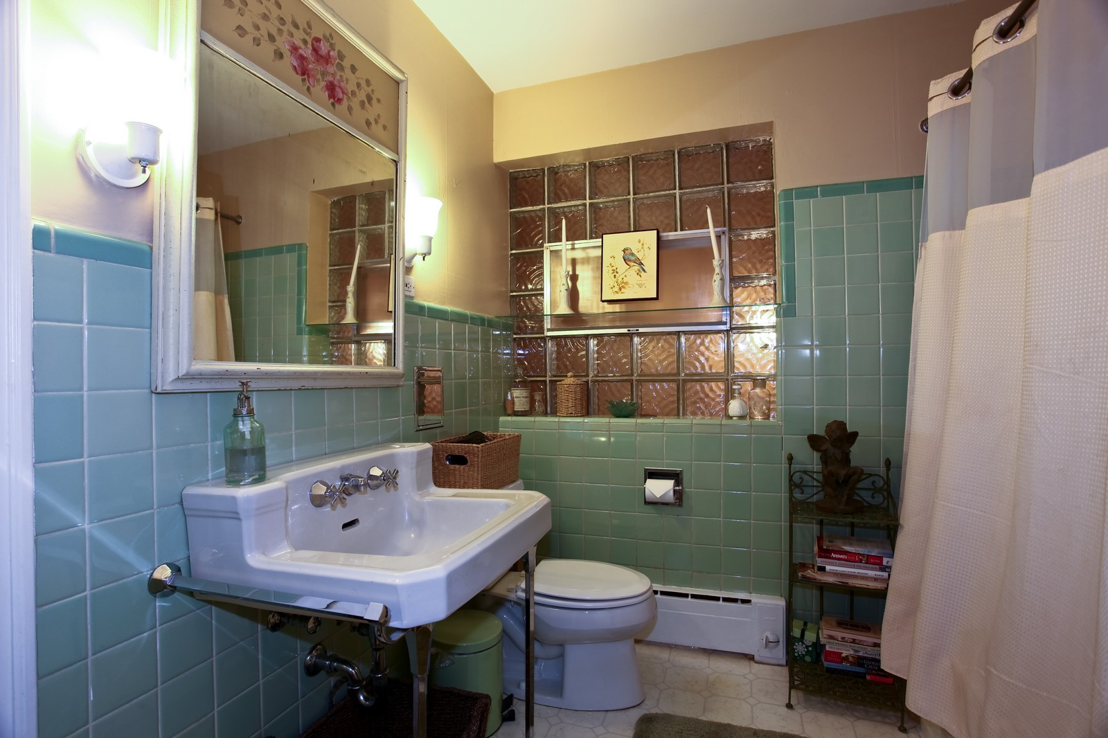 Real Estate Photography - 424 W Harrison, Wheaton, IL, 60187 - 2nd Bathroom