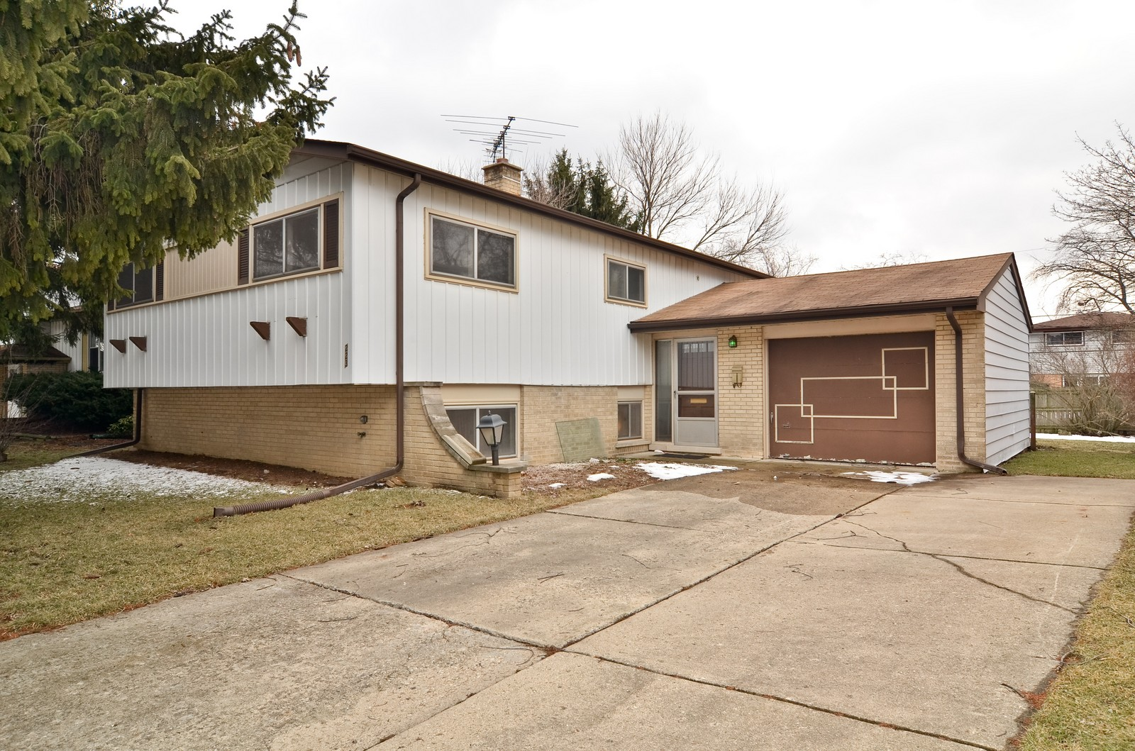Real Estate Photography - 223 Norman Ct, Des Plaines, IL, 60016 - Front View