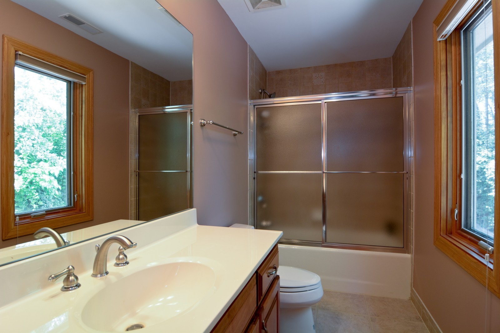 Real Estate Photography - 100 Covington, Oak Brook, IL, 60523 - 2nd Bathroom
