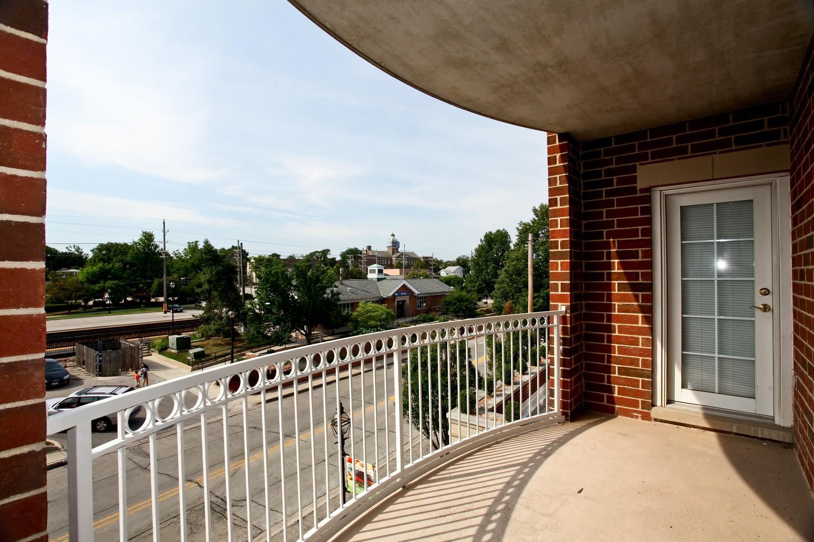 Real Estate Photography - 570 Crescent Blvd., 301, Glen Ellyn, IL, 60137 - Deck