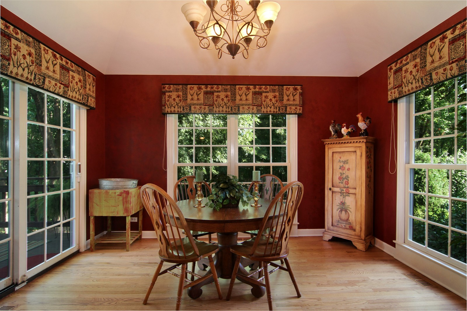Real Estate Photography - 212 E 57th St, Westmont, IL, 60559 - Breakfast Area