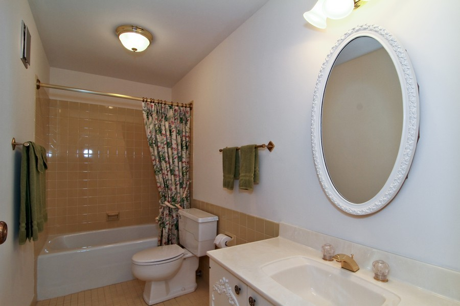 Real Estate Photography - 3 Oak Brook Club, D103, Oak Brook, IL, 60523 - Bathroom