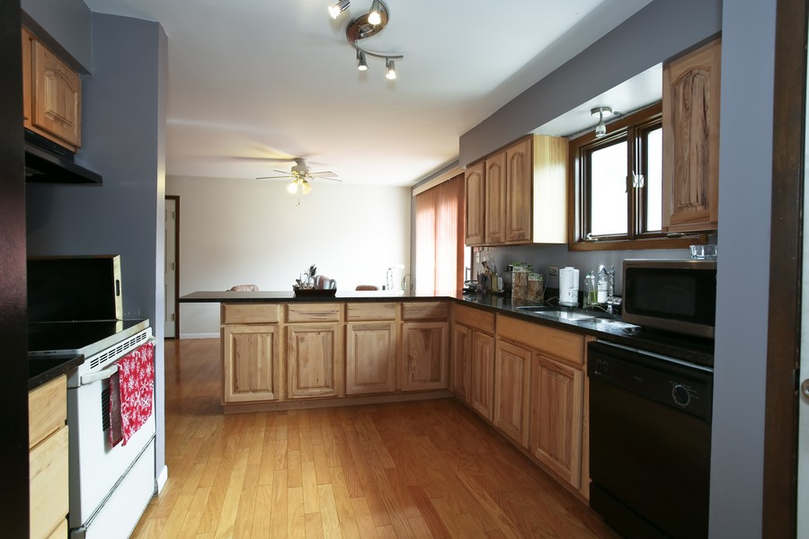 Real Estate Photography - 3351 Pomeroy Road, Downers Grove, IL, 60515 - Kitchen