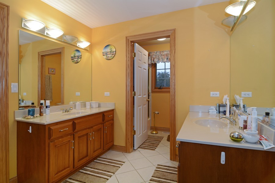 Real Estate Photography - 1608 Darien Club Dr, Darien, IL, 60561 - 2nd Bathroom