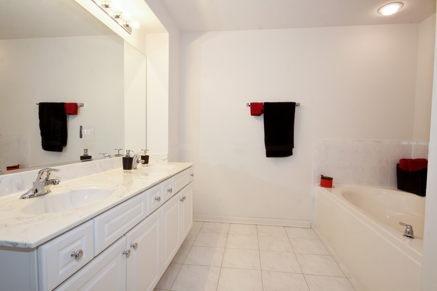 Real Estate Photography - 6420 Double Eagle, 905, Woodridge, IL, 60517 - Master Bathroom