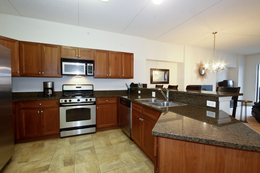 Real Estate Photography - 6420 Double Eagle, 905, Woodridge, IL, 60517 - Kitchen