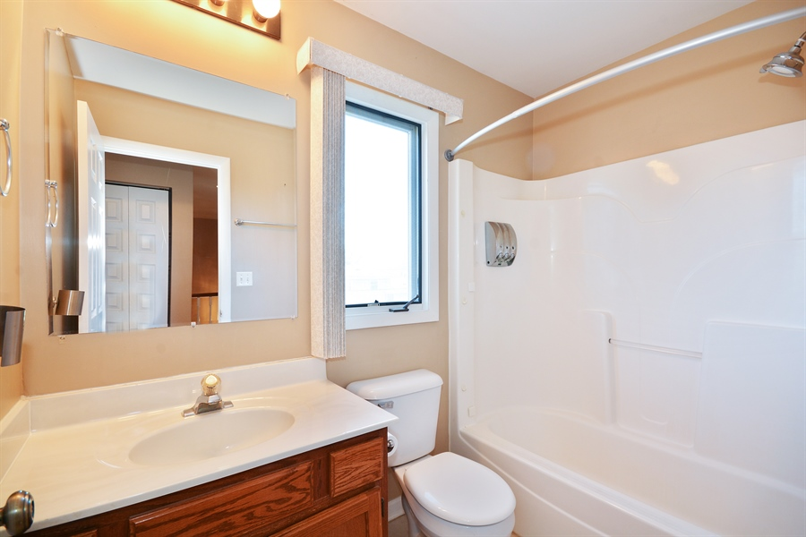 Real Estate Photography - 1N287 Papworth St, Carol Stream, IL, 60188 - 2nd Bathroom