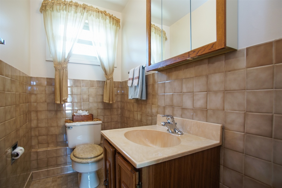 Real Estate Photography - 659 E Thacker Street, Des Plaines, IL, 60016 - 2nd Bathroom
