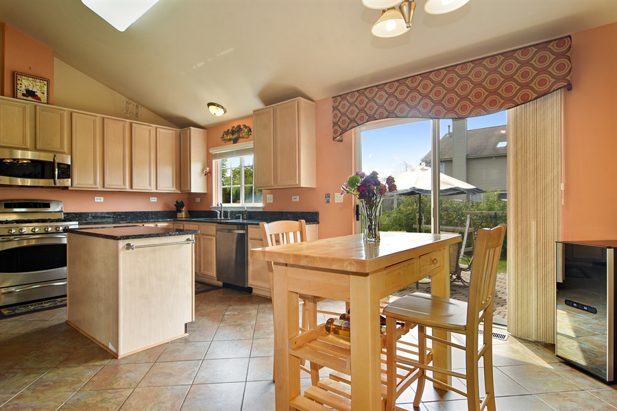 Real Estate Photography - 1960 Chamberry, Wheeling, IL, 60090 - Kitchen / Breakfast Room