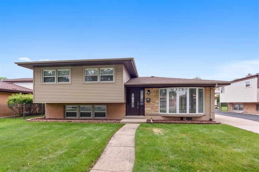 Real Estate Photography - 2148 Eastview Dr, Des Plaines, IL, 60018 - Front View
