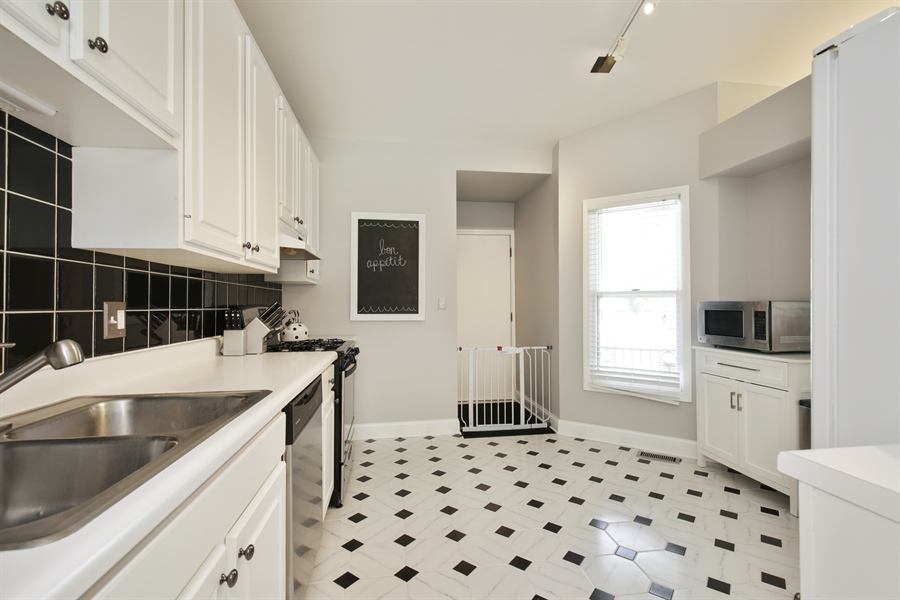 Real Estate Photography - 2000 S Valley Rd, Lombard, IL, 60148 - Kitchen