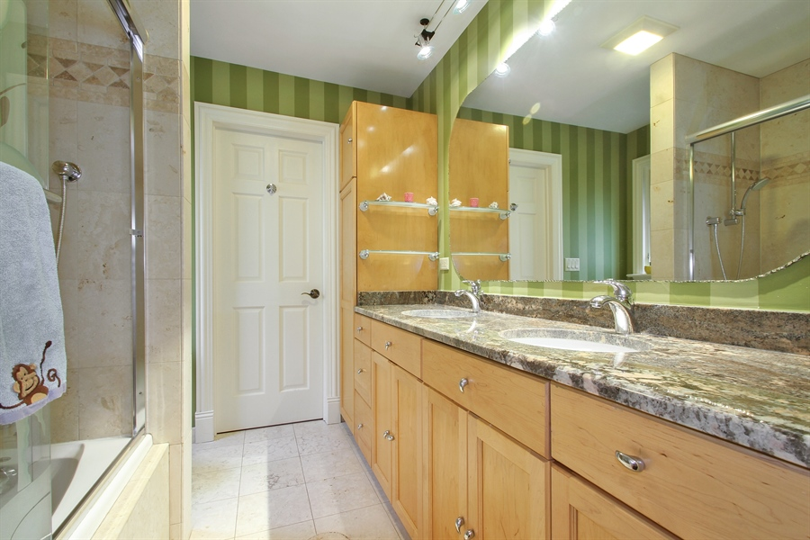 Real Estate Photography - 906 Queens, Glenview, IL, 60025 - Jack and Jill Bathroom