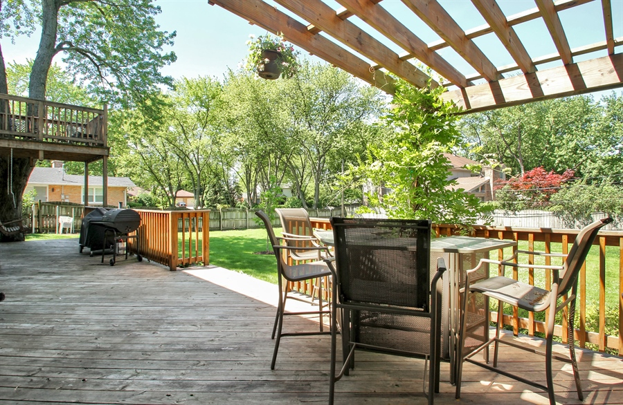 Real Estate Photography - 2750 Landwehr, Northbrook, IL, 60062 - Deck