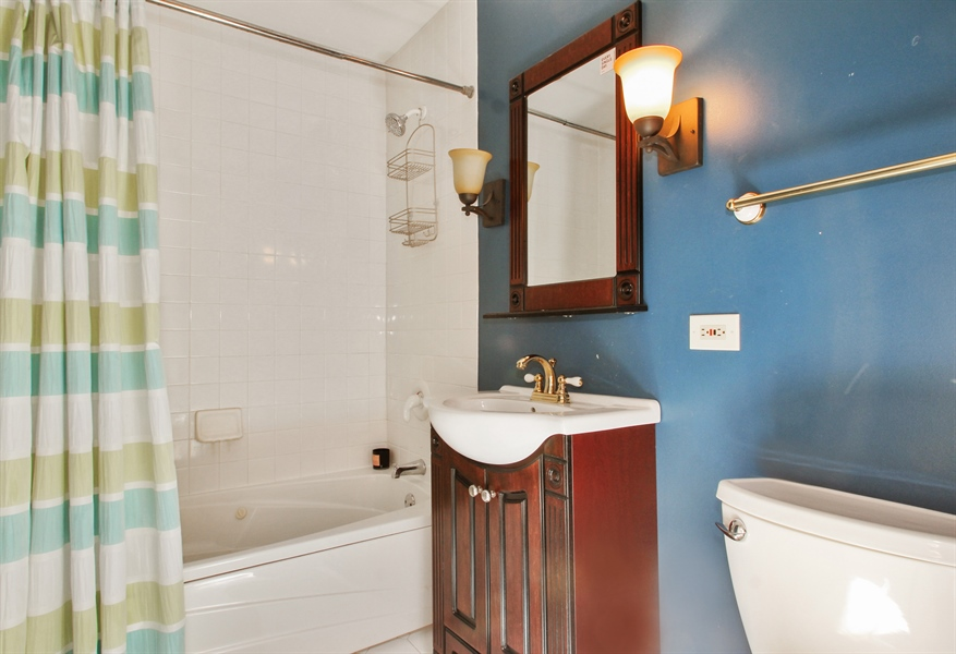Real Estate Photography - 2750 Landwehr, Northbrook, IL, 60062 - Bathroom