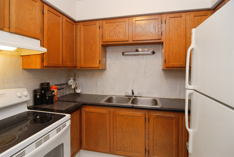 Real Estate Photography - 300 Circle Ave, 4I, Forest Park, IL, 60130 - Kitchen