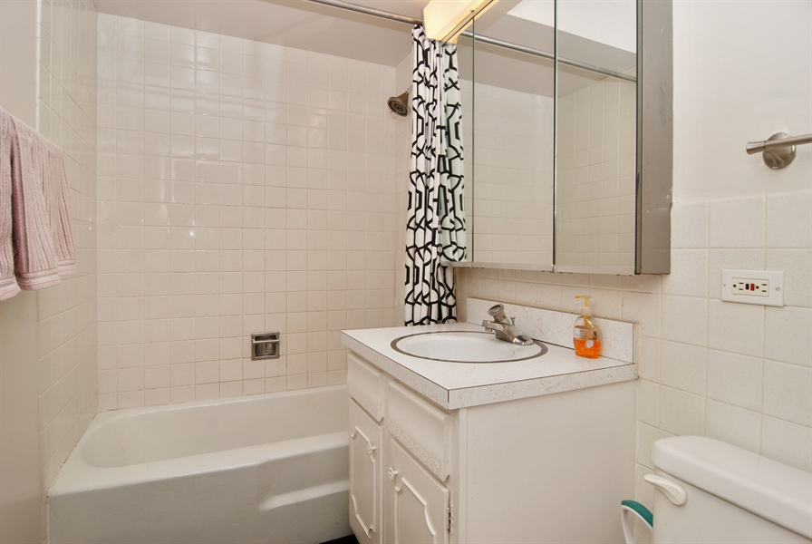 Real Estate Photography - 300 Circle Ave, 4I, Forest Park, IL, 60130 - Bathroom