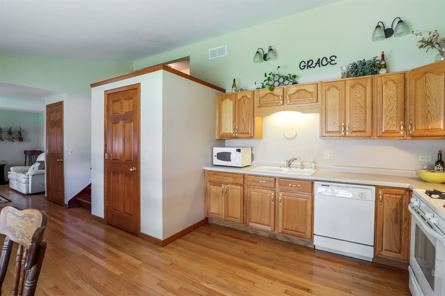 Real Estate Photography - 33296 N. Valley View Dr, GRAYSLAKE, IL, 60030 - Kitchen