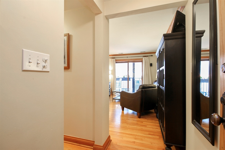 Real Estate Photography - 512 W Barry, Chicago, IL, 60657 - Entryway