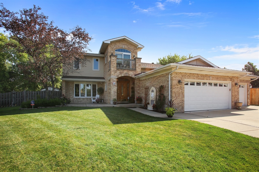 Real Estate Photography - 935 Richmond Ct, Elk Grove Village, IL, 60007 - Front View