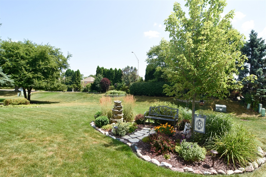 Real Estate Photography - 3614 Killarney Ct, Rolling Meadows, IL, 60008 - Gardens