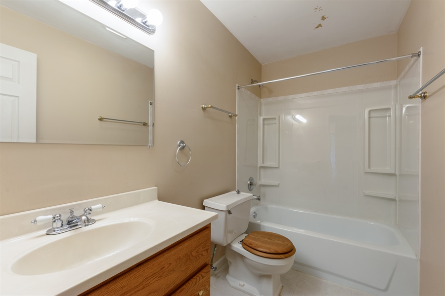 Real Estate Photography - 1103 Hunt Club Dr, 121, Mt Prospect, IL, 60056 - 2nd Bathroom