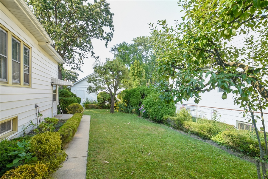 Real Estate Photography - 555 Michigan, Highland Park, IL, 60035 - Back Yard