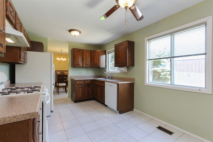 Real Estate Photography - 146 Lilac Lane, Buffalo Grove, IL, 60089 - Kitchen