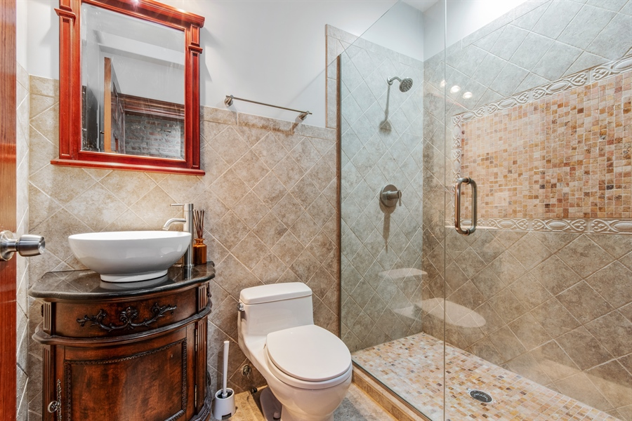 Real Estate Photography - 5634 S Priaire, 2S, Chicago, IL, 60637 - Bathroom