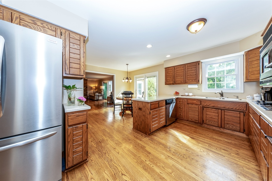Real Estate Photography - 2510 Mill Creek Ln., Rolling Meadows, IL, 60008 - Kitchen